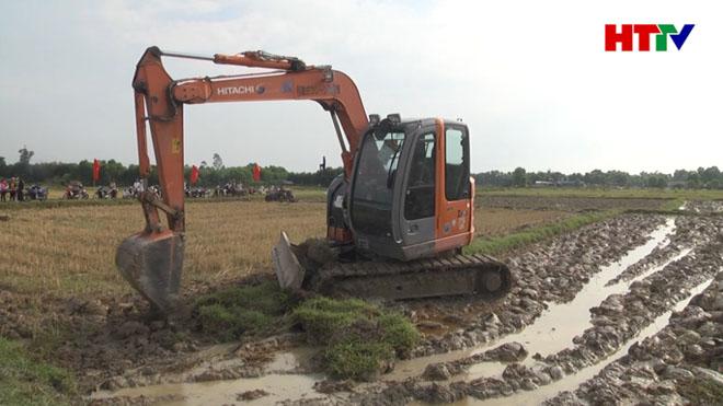 Máy xúc phá bỏ hệ thống bờ thửa để hình thành nên cánh đồng mẫu lớn tại xứ đồng Thiên Đình, xã Lưu Vĩnh Sơn.