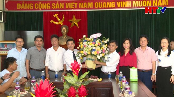Lãnh đạo tỉnh tặng hoa chúc mừng các doanh nghiệp nhân ngày Doanh nhân VN