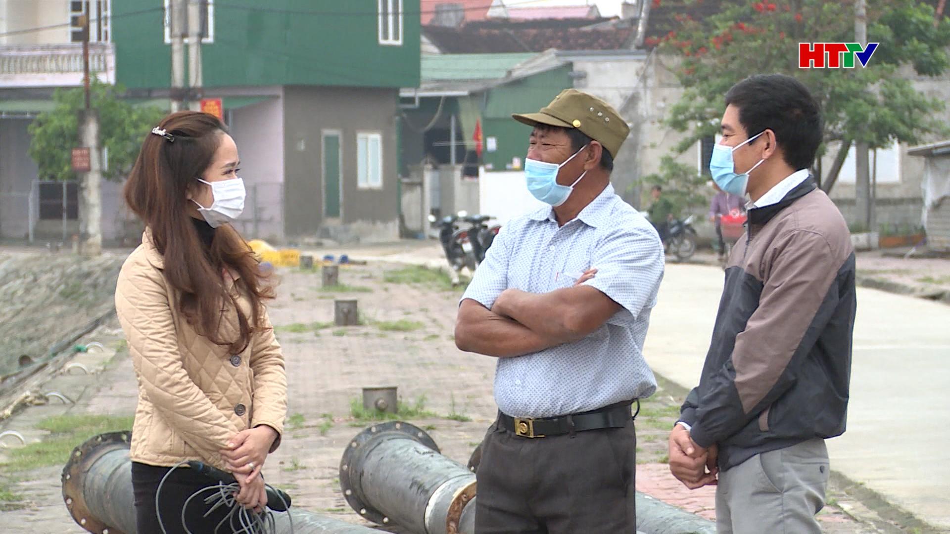 Ông Phan Xuân Phú (người đứng giữa) trò chuyện với phóng viên HTTV